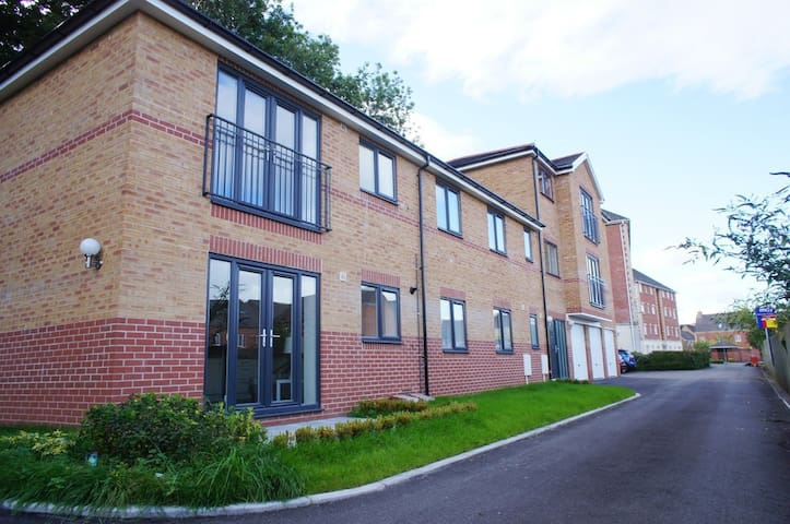 Entire Home - Luxurious 2BD Apartment, Cardiff - Radyr - Byt