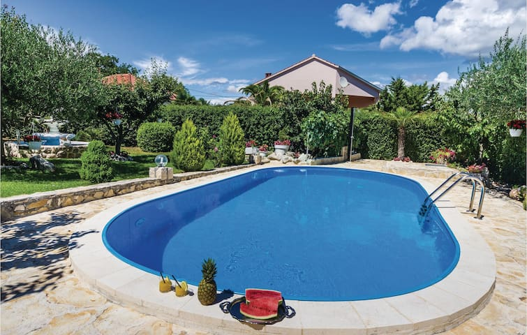Holiday cottage with 4 bedrooms on 147m² in Lovinac