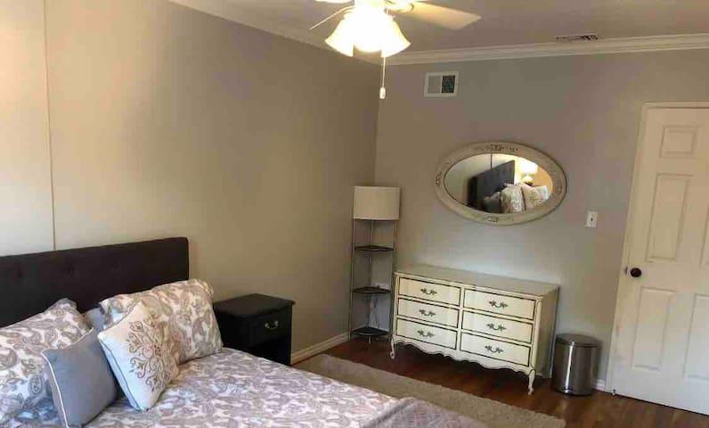 Large cozy bedroom -LA/Valley area