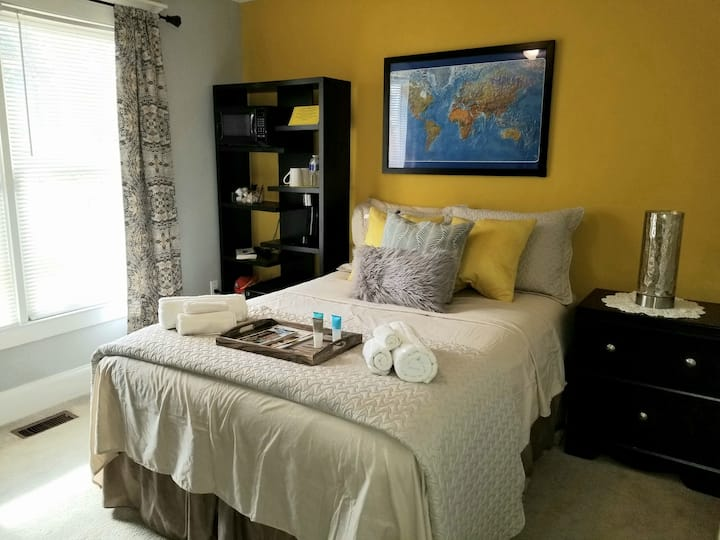 Yellow room 8 mins from airport & 10 mins to City