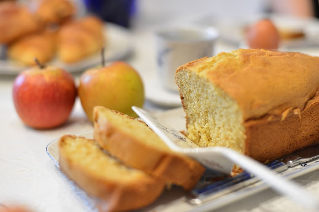 Dégustez les gâteaux maison et les fruits du marché
