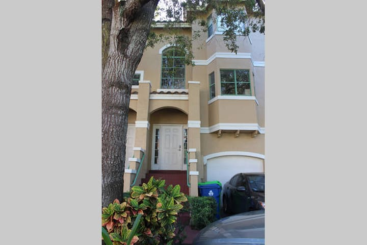 2 bedrooms, 5 min from Sawgrass Mall, BB&T