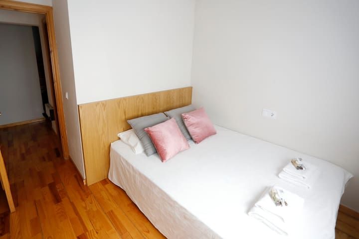 Planta 1. Habitació amb llit de matrimoni