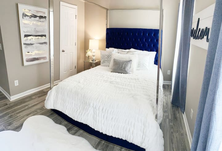"""Modern Room with Private Bathroom 55""""TV in room"""