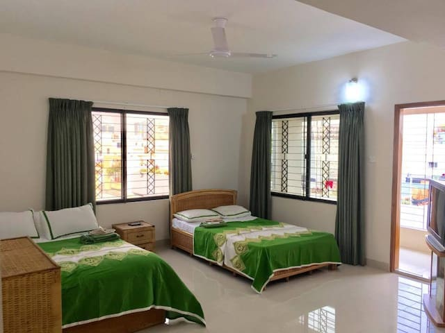 Spacious, clean, safe room w/balcony & work space! - Dhaka - Apartment