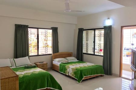Spacious, clean, safe room w/balcony & work space! - Dhaka - อพาร์ทเมนท์