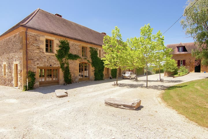 Luxury Cottage in Saint-Médard-d'Excideuil with Pool