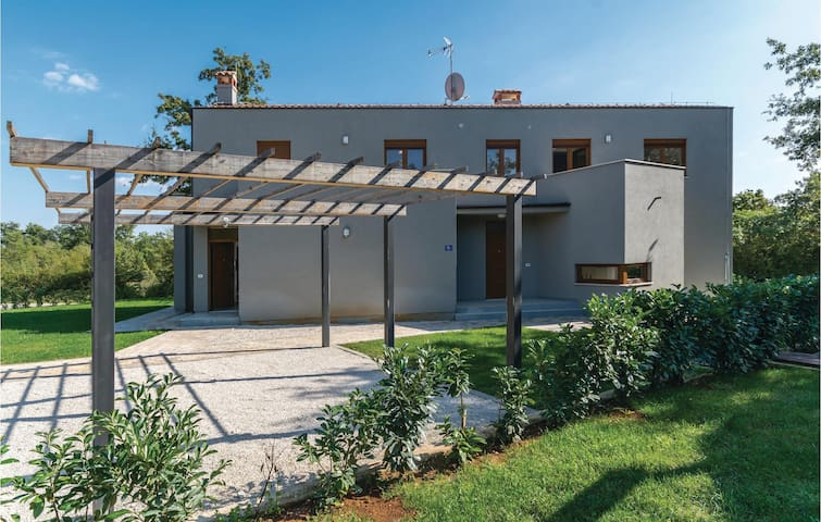 Holiday cottage with 4 bedrooms on 144 m² in Buici