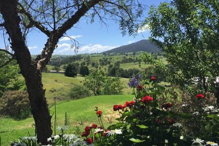BirdSong Studio, Rural & Mtn Views - House