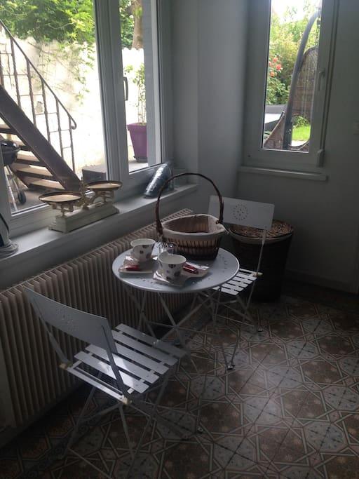 Un espace cusine pour déjeuner avec un refrigérateur, une bouilloire et un micro onde.
