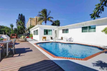 Wilton Manors Hide-A-Way with Pool on Water - Four
