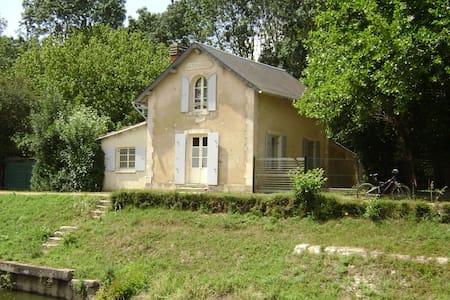 maison éclusiére de la Tiffardiére - Niort - บ้าน
