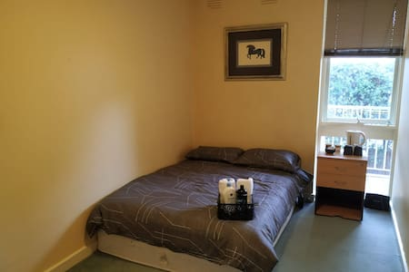 double bedroom with wifi in Kew