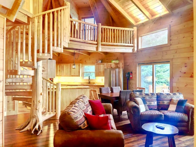 1800OR: A truly unique home in the middle of an ecological paradise: with private beach, stone patio with firepit, air conditioning, and on site fishing and waking trails! Free WiFi. DISCOUNTED COG TICKETS AVAILABLE!