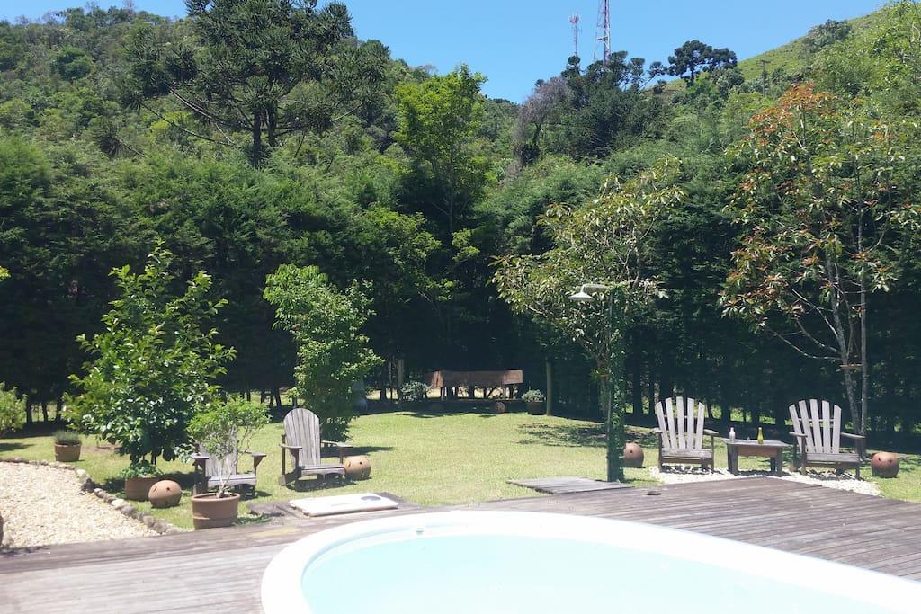 Vista piscina jardim relax