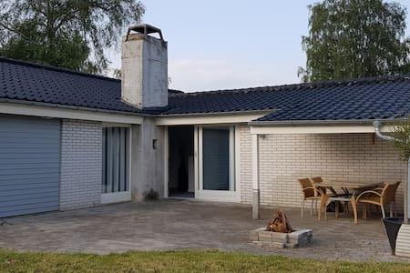 129 m2 hus med terrasse og have, perfekt til børn