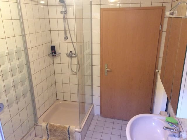 Dusche im Bad. Shower 80 x 80 in the bathroom