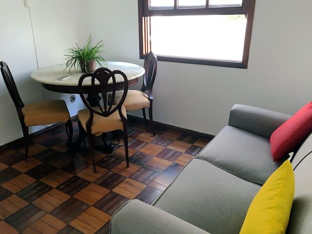 Sala de estar segundo andar com mesa de jantar e sofá