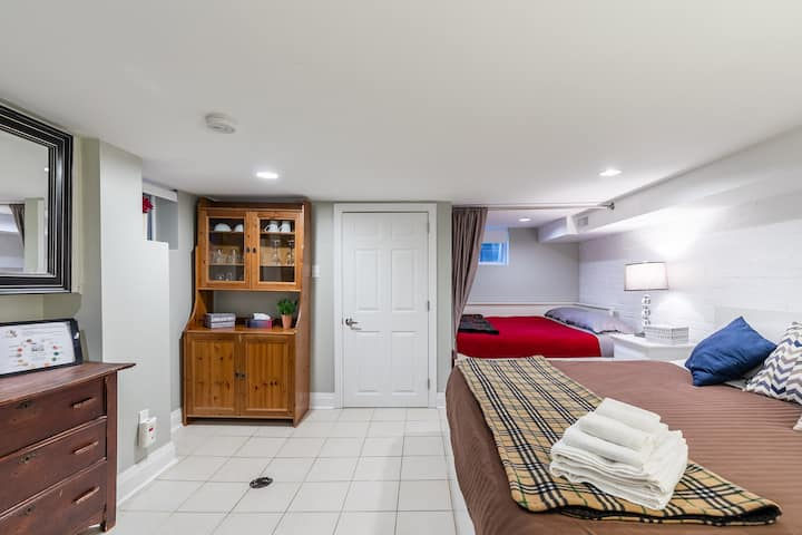 Private Yonge and Eglinton Suite ideal for 1-4 ppl