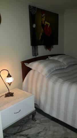 Yatak  odalarımız temiz  ve  düzenlidir. Bu  odamızda tv  ve sinema düzeni  vardır. 4000 e yakın dvd vardır.