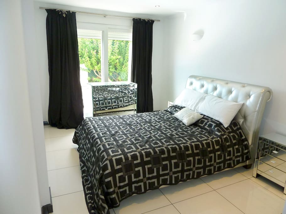 D2: DOWNSTAIRS BEDROOM 2. Beautiful, luminous bedroom with French windows overlooking the plants in the private garden.