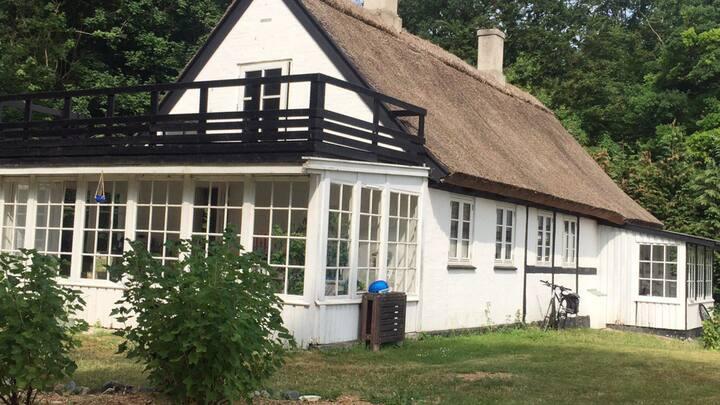 Idyllisk gammelt hus lige ned til Roskilde Fjord