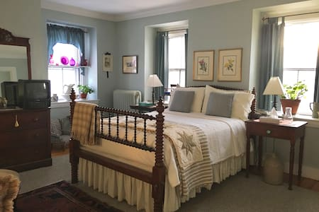 Essex Suite in S. Boston Historic Home w/Breakfast