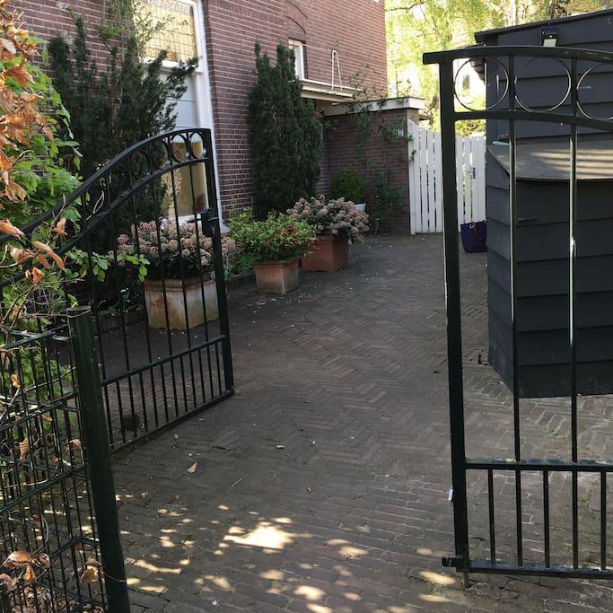 groen hek, dat is de entree