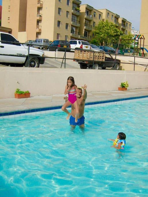 Te ofrecemos kiosco de esparcimiento y piscina para que te relajes en nuestra ciudad