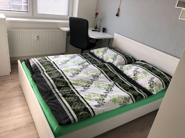 Pokoj s manželskou  postelí (200x160cm) vestavěné šatní skříně, pracovní stůl se židlí a TV