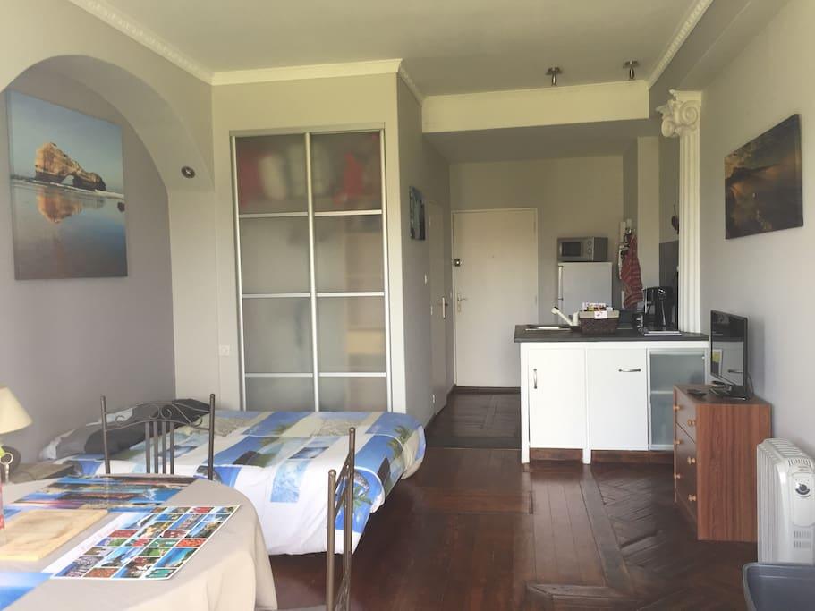 Pièce à vivre avec coin cuisine