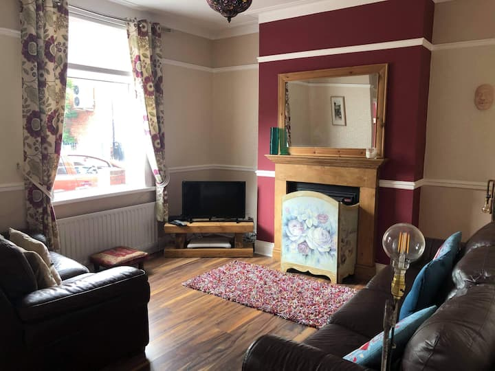 Charming 3 Bedroom House Durham 5 MILES. Sleeps 7