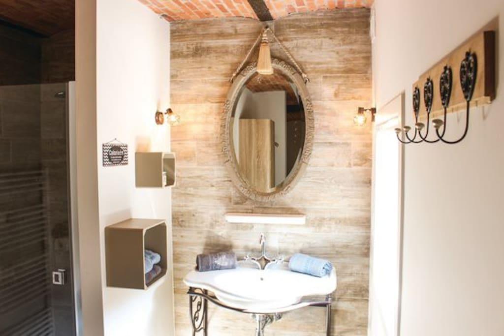 Lavabo, douche en toilet kamer gelijkvloer