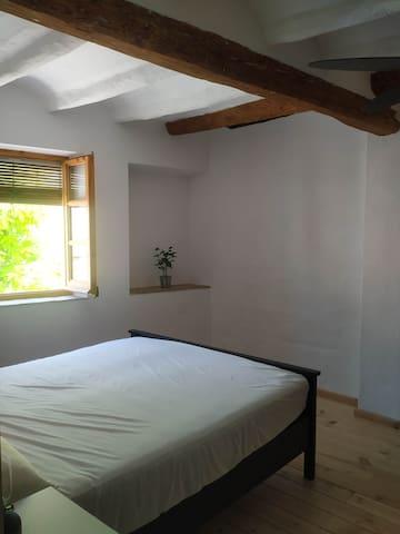 Aquesta habitaciò nomès estarà oberta a partir del segon hospede,o per estades llargues.