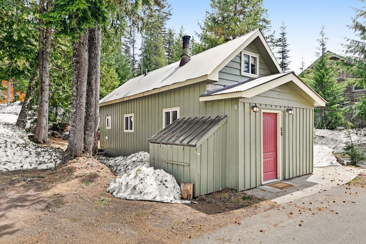 NEW LISTING! Cozy, comfortable cottage in Government Camp!