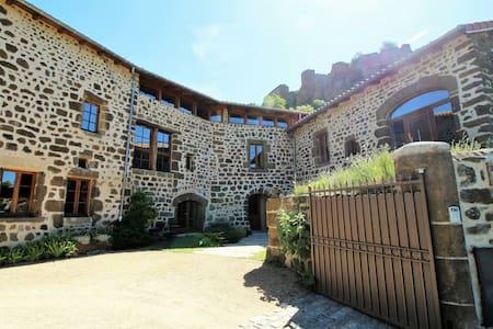 L'Appoline Bâtisse du 17è sous château de Polignac - Pensione