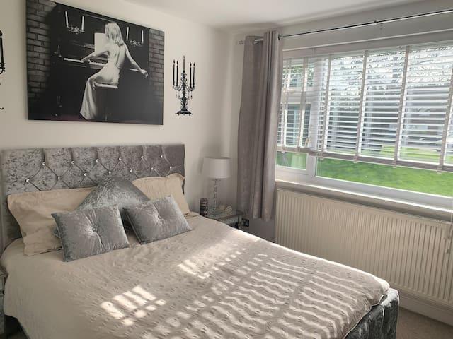 Double Bedroom near Heathrow - Kingsize Bed & TV