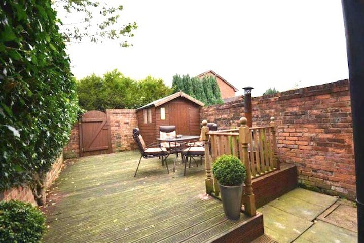 Charming Cosy home in centre of Standish Village!! - Standish - Ev