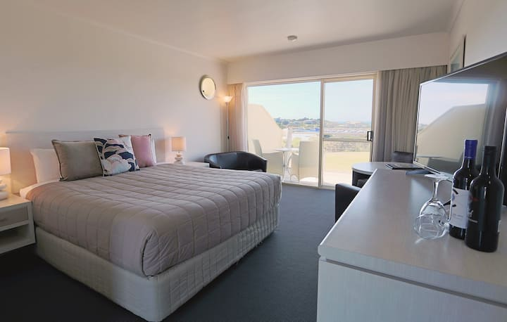 Accredited Panoramic Harbour & Ocean View Suite