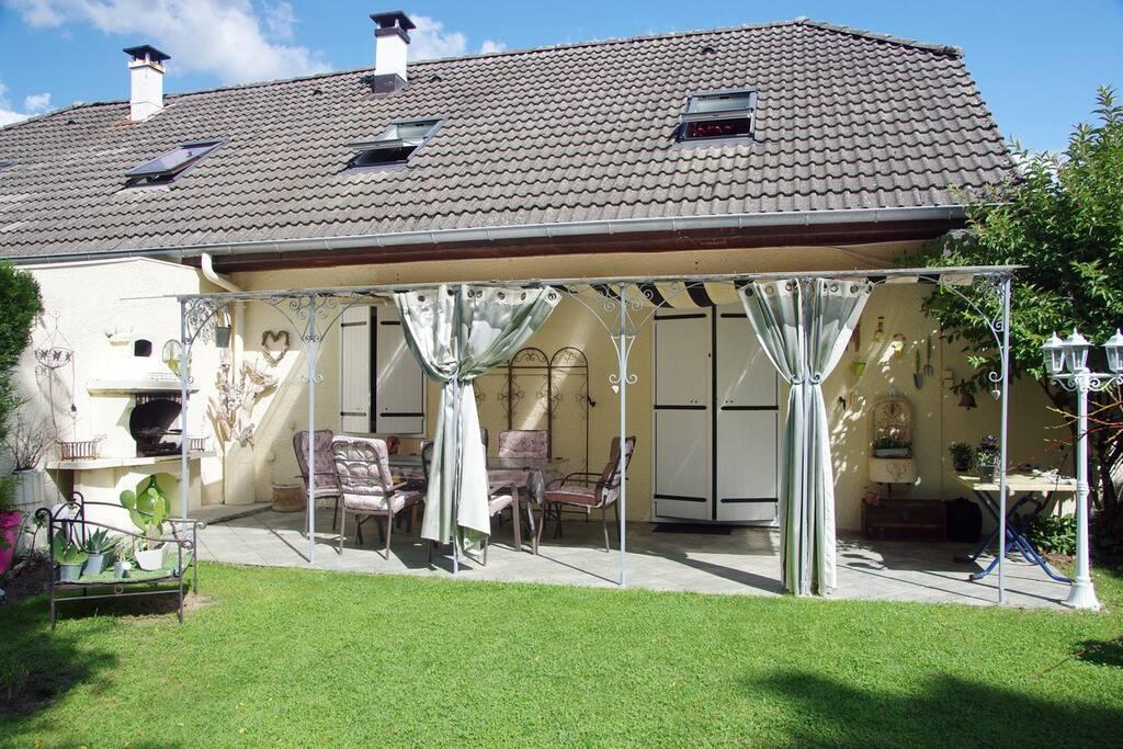 La petite maison au bord de l 39 eau houses for rent in for A la maison translation