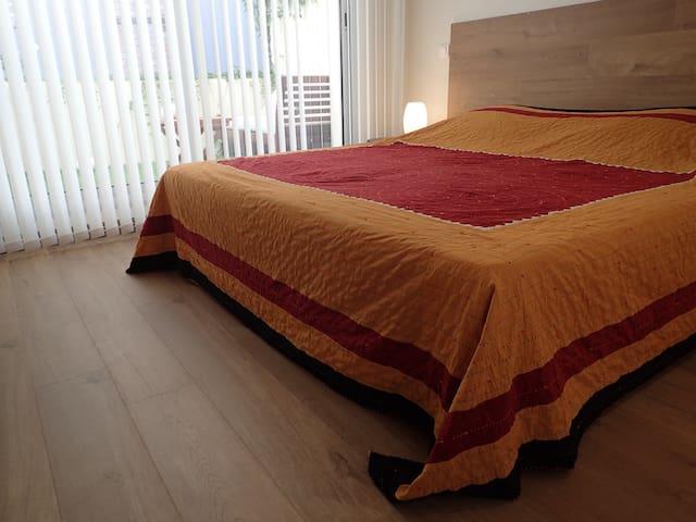 Chambre et sa terrasse ombragée : A vous de choisir : un lit 200X180 ou bien deux lits de 200X90 -