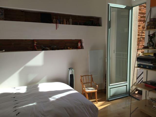 2° étage du duplex: Chambre 2 ( lit en 120 ), vue sur 1° cour intérieure, balcon, est