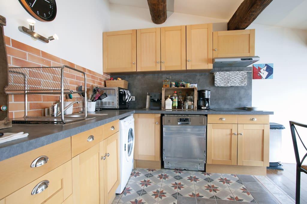 La cuisine est équipée d'un lave linge, d'un lave vaisselle, un four, une cafetière,  une cafetière expresso.  Elle comprend tout le nécessaire