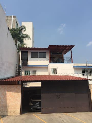 Un departamento con arte y terraza