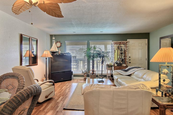 Bright & comfortable, dog-friendly condo w/ shared pool