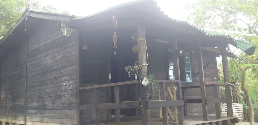 Um linda e confortavel casinha de madeira