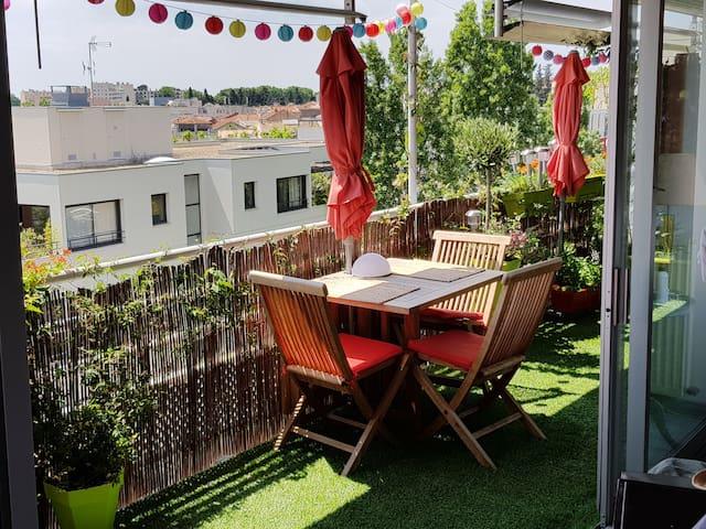 Terrasse pour petit déjeuner au soleil dès le matin, ou soirée sous lampions...
