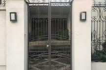 Entrada principal de la casa, la entrada a la habitación es totalmente independiente, entras por la reja y a mano izquierda veras la entrada a tu cuarto. Entregamos juego de llaves