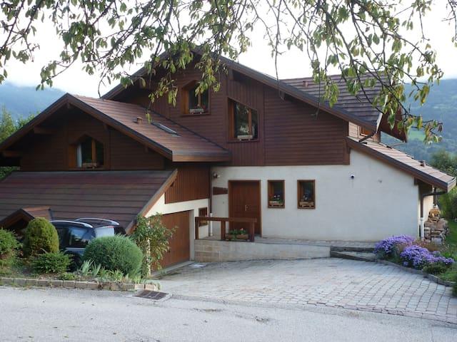 2 chambres  au sous - sol d'une maison.