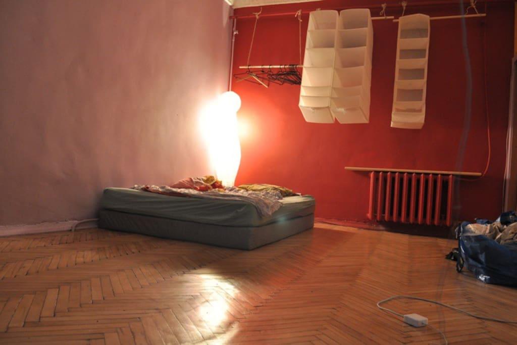 В комнате удобный двухспальный мартас
